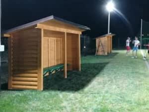 Izgradjene pokrivene klupe od drveta na stadionu