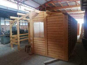 Izgradjena-montazna-kucica-brvnara-od-drveta-velicine-od-24-do-50-m2 na metalnom postolju, postavljenom na stubove